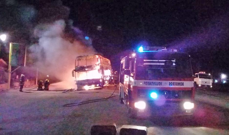 DESTRUCCIÓN TOTAL. El fuego consumió por completo al vehículo, que quedó convertido en una estructura de hierro cubierta por cenizas.